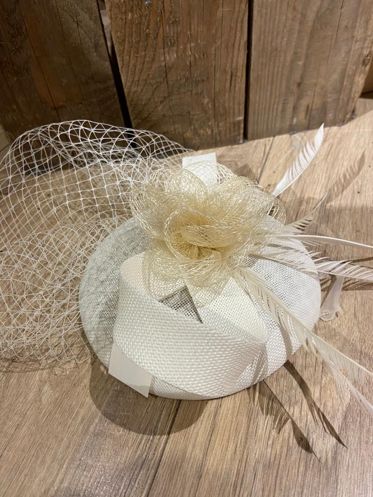 witte hoofdband hoed